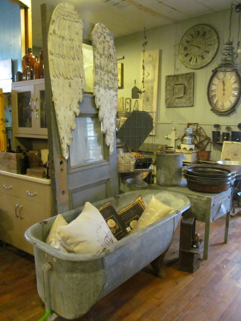 Old door with wings and bathtub - Living Vintage
