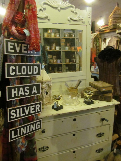 Dresser with fancy mirror - Living Vintage