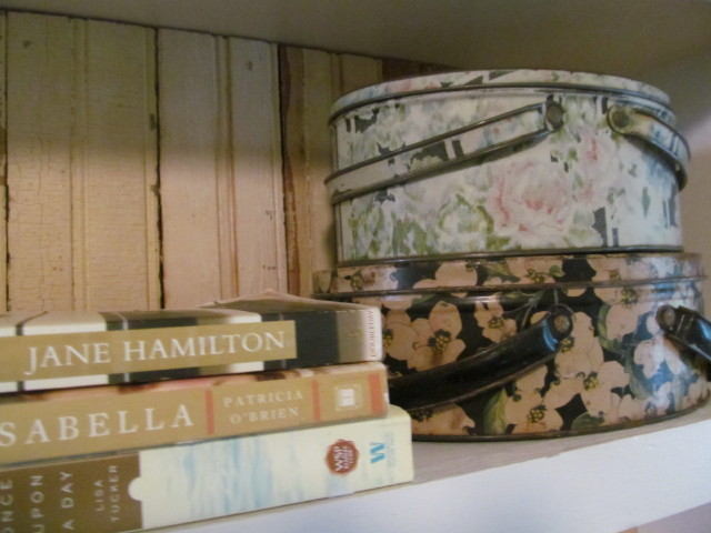 I'm decorating my bookshelves - Living Vintage