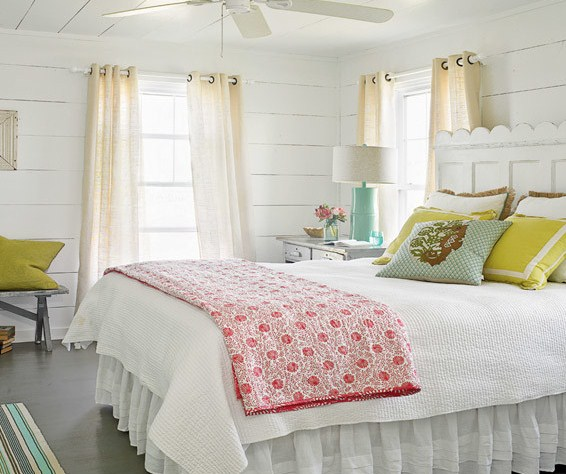 beachy bedroom - featured on Living Vintage's Friday Favorites. Head on over to see our other 7 picks for this week!
