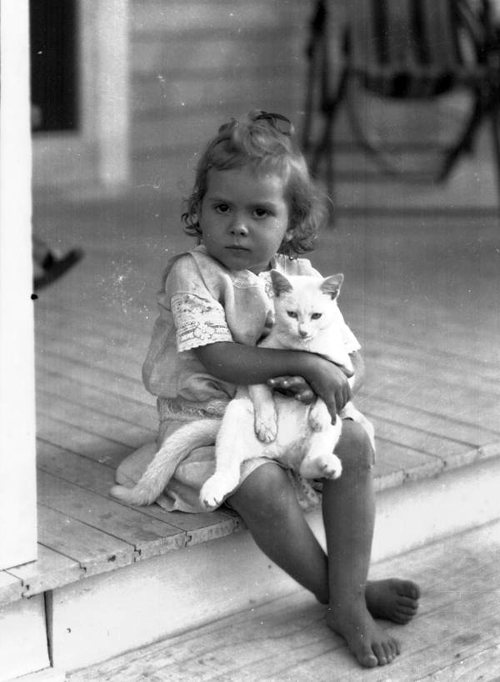 a precious photo of a little girl and her cat - one of 8 picks for this week's Friday Favorites