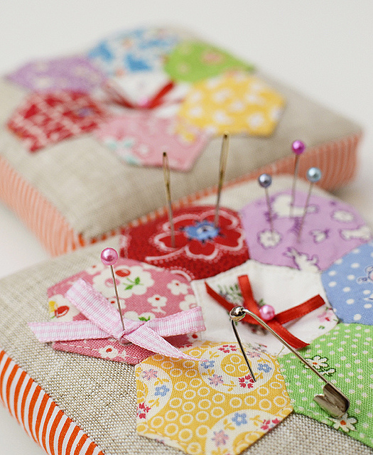 cute little pincushions (with a link to the tutorial) - one of 8 picks for this week's Friday Favorites
