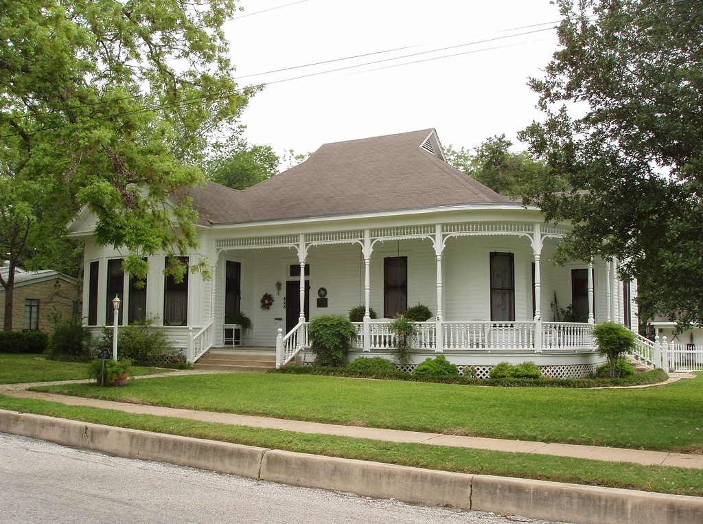 A gorgeous home in Gonzales, Texas. I could so live there! - 1 of 8 picks for this week's Friday Favorites